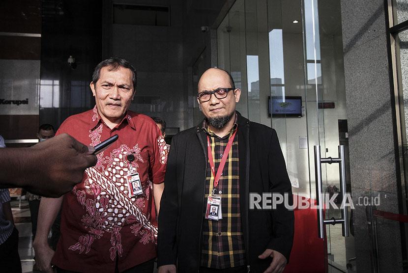 Penyidik Senior Komisi Pemberantasan Korupsi (KPK) Novel Baswedan (kanan) bersama Wakil Ketua KPK Saut Situmorang (kiri).