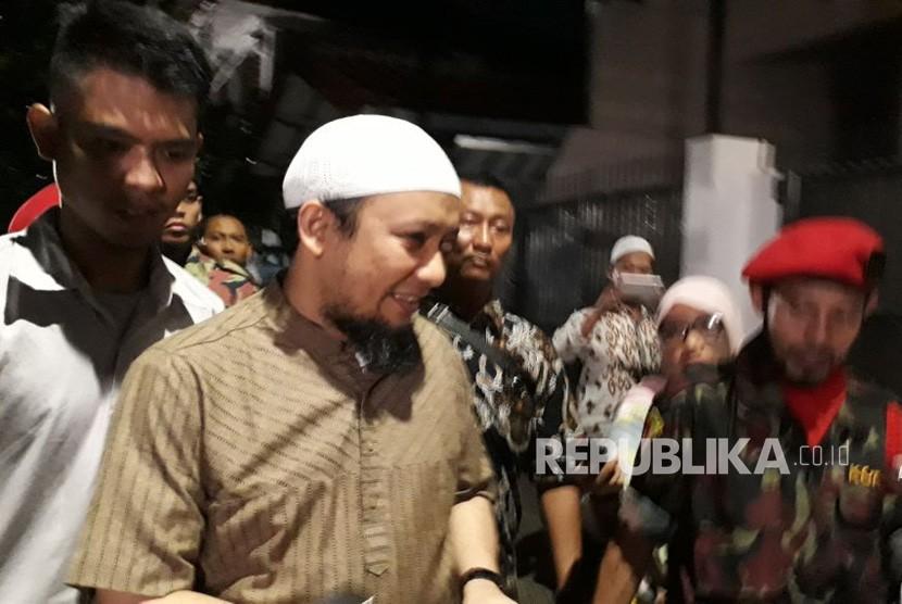 Penyidik senior Komisi Pemberantasan Korupsi Novel Baswedan usai melaksanakan ibadah shalat Isya di Masjid Jami Al-Ihsan, Pegangsaan Dua, Kelapa Gading, Jakarta Utara, Kamis (22/2).