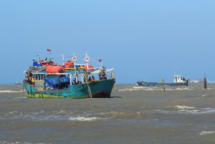 Perahu tertahan gelombang tinggi.