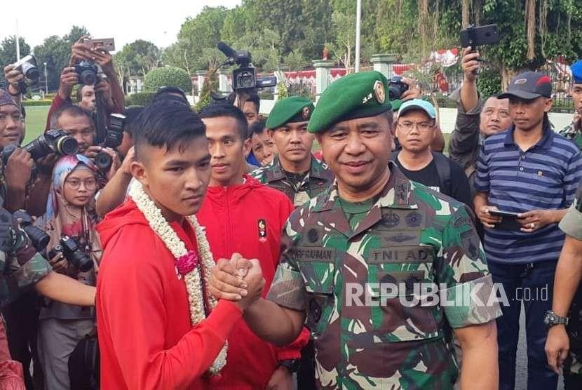 Peraih medali emas Asian Games 2018 cabang olahraga karate, Serda TNI Rifky Ardiansyah Arrosyid disambut meriah saat kembali ke Surabaya, Kamis (30/8).