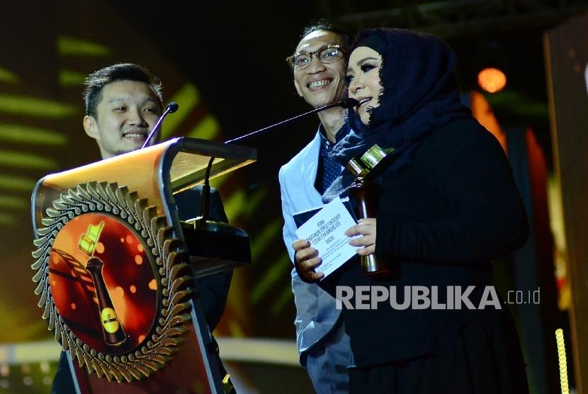 Peraih penghargaan penata musik Film Bioskop Festival Film Bandung (FFB) 2016, Melly Goeslaw dan Anto Hoed, di Monumen Perjuangan Jawa Barat, Kota Bandung, Sabtu (24/9).