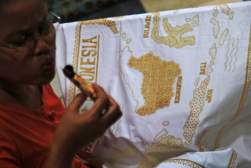 Perajin membuat batik tulis di Rumah Batik Putra Laweyan, Solo, Jawa Tengah, Jumat (17/2).