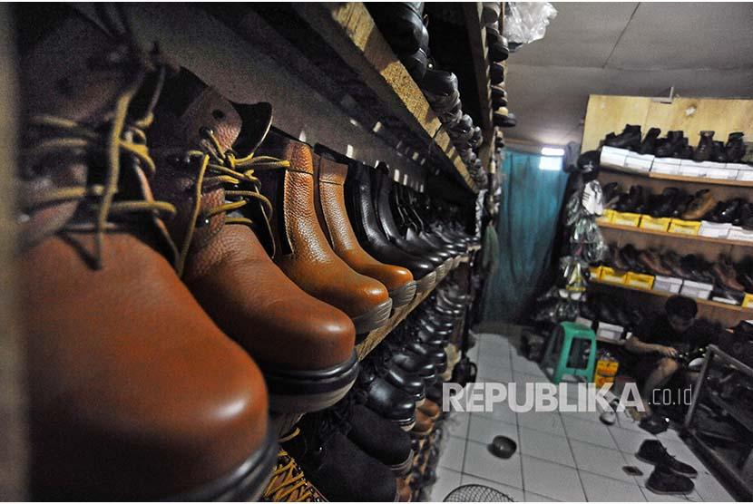 Perajin membuat sepatu berbahan kulit sintetis di Kampung Jombang Mesjid, Cilegon, Banten, Jumat (9/11/2018). Untuk mendorong pertumbuhan usaha kecil dan menengah tahun 2018 ini pemerintah memberi insentif penurunan tarif PPh Final UMKM (Usaha Mikro, Kecil dan Menengah) dari satu persen menjadi 0,5 persen termasuk untuk koperasi dengan omset maksimal hingga Rp4,8 miliar per tahun.