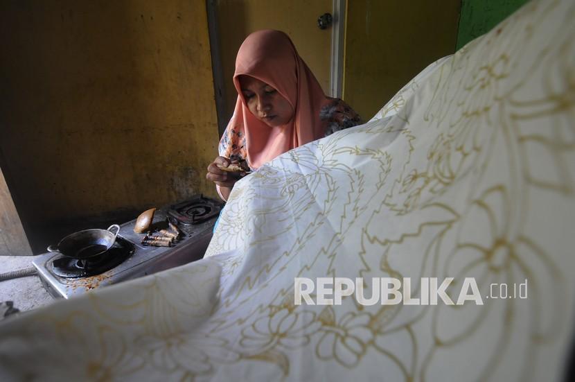 Perajin memproduksi batik tulis di Pilangsari, Ngerangan, Bayat, Klaten, Jawa Tengah, Senin (20/9/2021). Hasil kerajinan batik tulis tersebut dijual dari harga Rp180 ribu hingga Rp220 ribu per helai kain batik tergantung jenis kain dan tingkat kesulitannya.