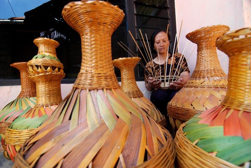 Perajin menganyam bambu untuk dijadikan kerajinan guci. (Ilustrasi)