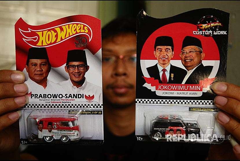 Perajin menunjukkan mobil mainan diecast Hotwheels yang dimodifikasi bergambar pasangan calon presiden di Desa Singocandi, Kudus, Jawa Tengah, Jumat (5/10). Mobil mainan jenis