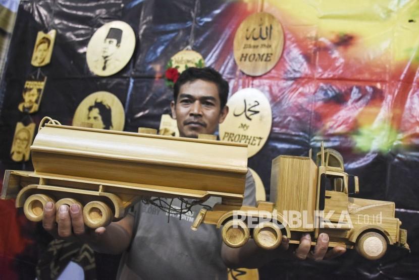 Perajin menunjukkan salah satu produk di stand Bamboo Art Indonesia pada Pameran UMKM di area Komplek Perkantoran Pemda Kabupaten Bandung Barat, Rabu (19/6).