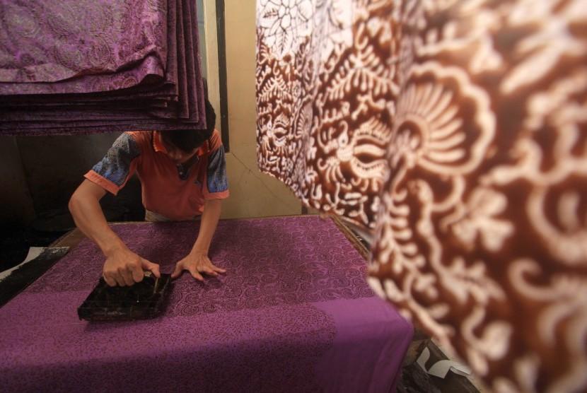 Perajin menyelesaikan pembuatan batik cap di Paoman, Indramayu, Jawa Barat, Rabu (16/3).