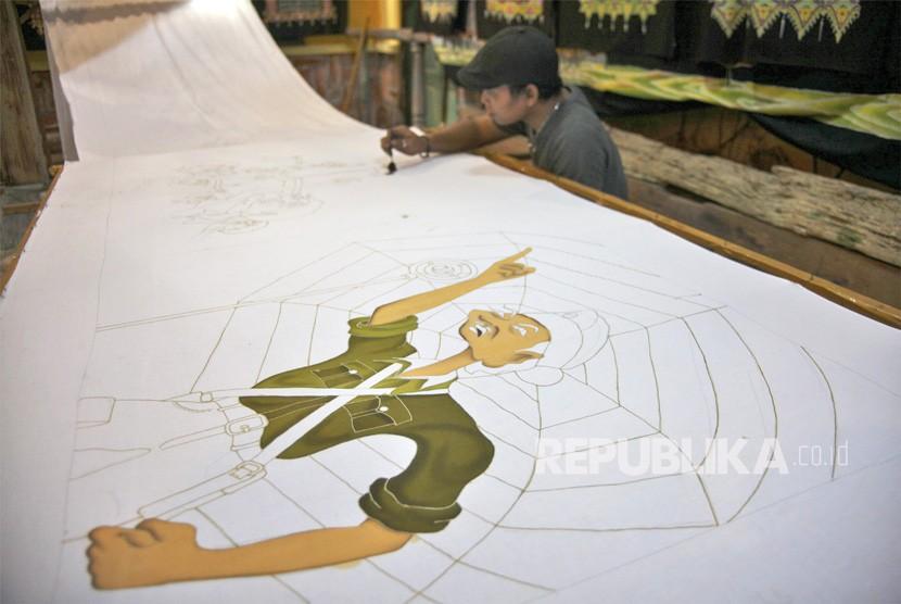 Perajin mewarnai batik tulis bertutur sejarah perjuangan pahlawan nasional, Bung Tomo di rumah produksi Mahkota Batik Laweyan, Solo, Jawa Tengah, Rabu (7/11/18).