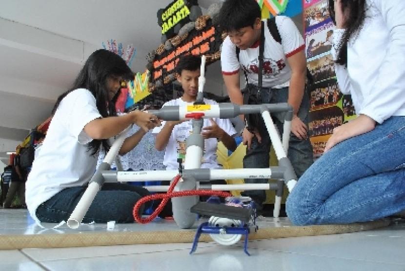 Perakitan Roket Air (ilustrasi)