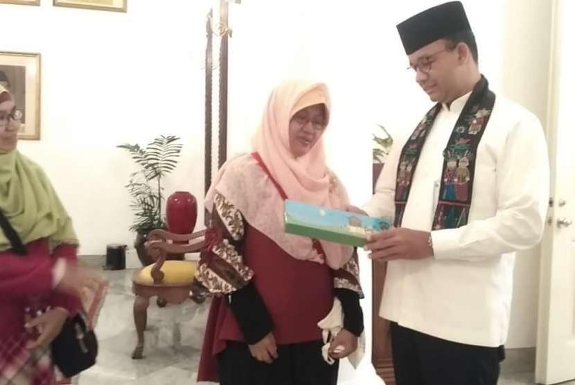 Perancang alat peraga Rakit Atraktif Andi Olle  Mashurah bertemu dengan Gubernur DKI Jakarta Anies Baswedan di Balaikota, Jumat (12/10)