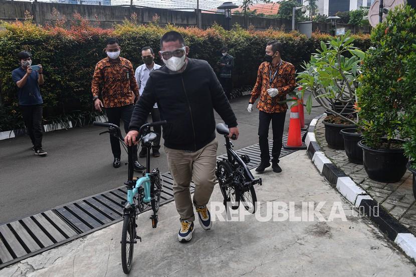 Perantara anggota Komisi II DPR Fraksi PDIP Ihsan Yunus, Agustri Yogasmara membawa barang bukti sepeda Brompton saat rekonstruksi perkara dugaan korupsi pengadaan bantuan sosial Kementerian Sosial untuk penanganan COVID-19 di gedung KPK, Jakarta, Rabu (10/2/2021).