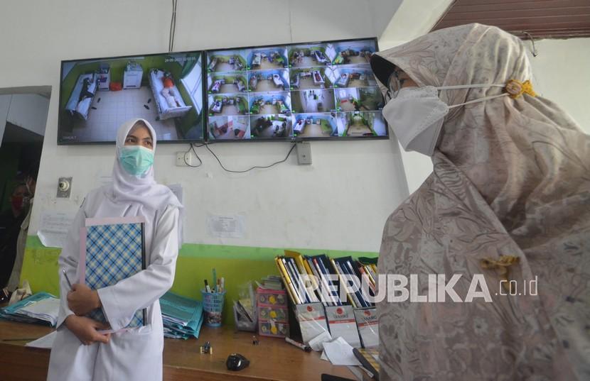 Perawat berada di ruang pemantauan kamar isolasi pasien COVID-19 di RSUP Dr.M.Djamil, Padang, Sumatera Barat, Senin (24/5/2021). RSUP Dr.M.Djamil Padang menambah ruangan isolasi dan perawatan dengan 84 tempat tidur, untuk mengantisipasi lonjakan pasien COVID-19 pasca lebaran pada Mei 2021.