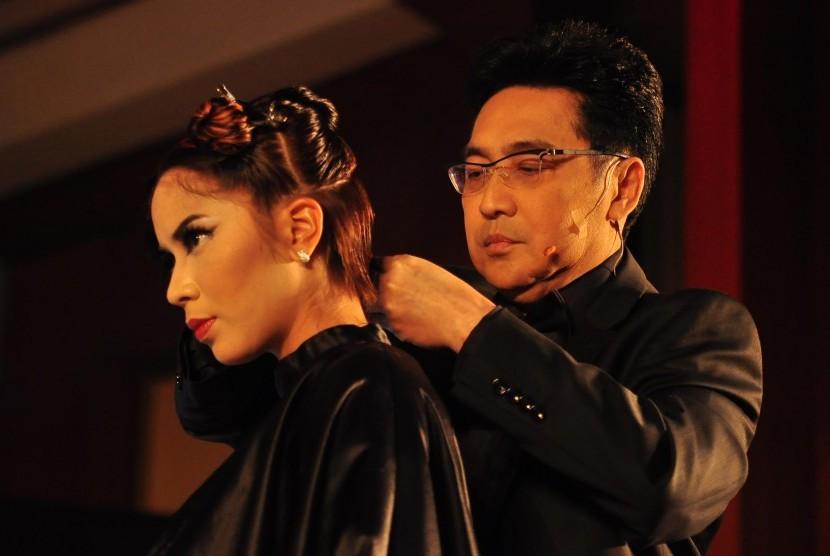Mereka yang sering memakai alat styling rambut perlu merawat mahkota kepalanya dengan vitamin rambut.