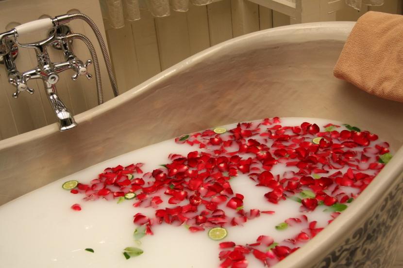 Perawatan tubuh dengan spa atau berendam di dalam air yang sudah ditaburi ramuan atau rempah-rempah tertentu. .