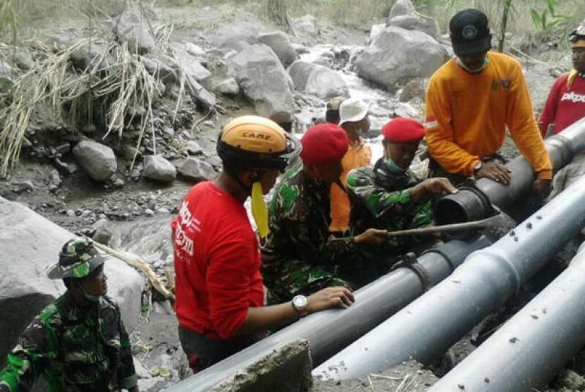 Perbaikan saluran air bersih di Kelud