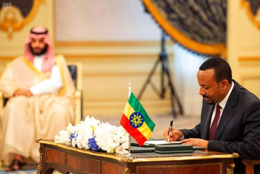 Perdana Menteri Ethiopia Abiy Ahmed (kanan) menandatangani perjanjian damai dengan Eritrea di Jeddah, Arab Saudi, Ahad (16/9).
