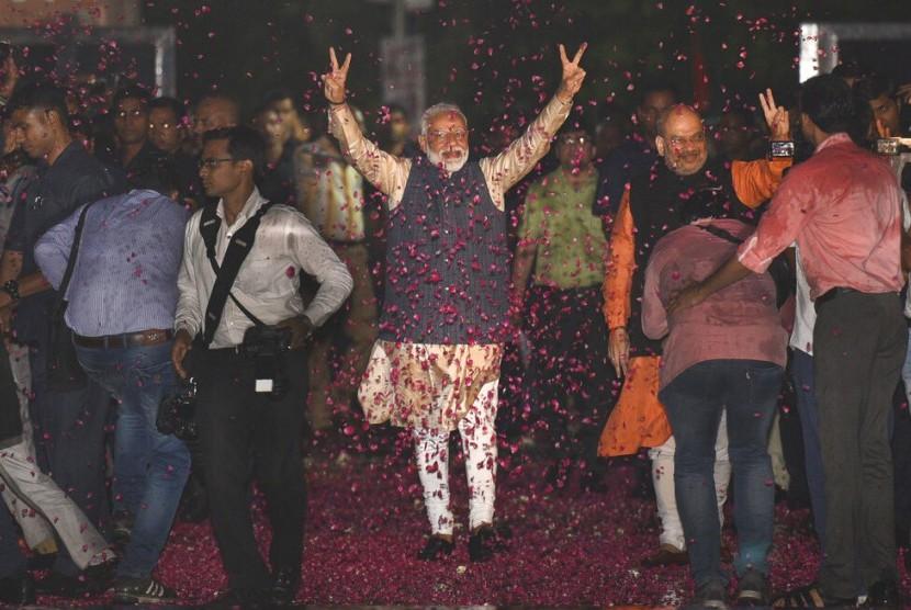 Perdana Menteri India Narendra Modi dan Presiden Bharatiya Janata Party (BJP) Amit Shah menyapa pendukung di markas BJP di New Delhi, India, Kamis (23/5).