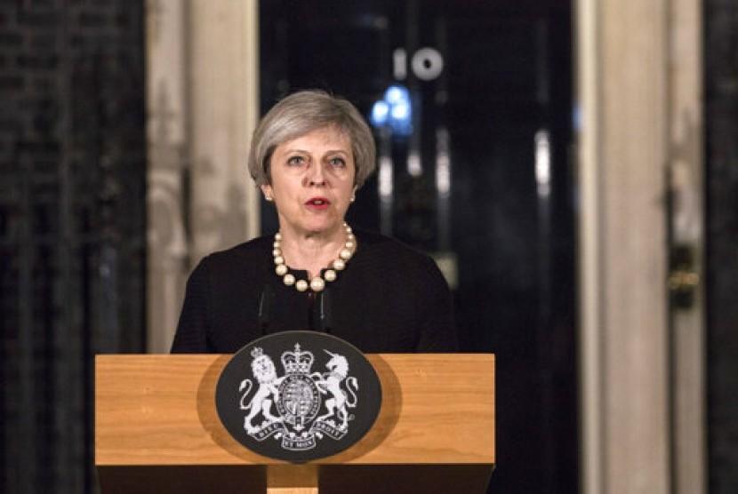 Perdana Menteri Inggris Theresa May memberi pernyataan di 10 Downing Street terkait serangan teror di Gedung Parlemen Inggris, Rabu malam (22/3).