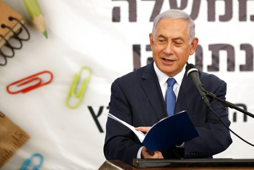 Perdana Menteri Israel Benjamin Netanyahu berbicara di pembukaan tahun ajaran baru di permukiman Yahudi di Tepi Barat, Elkana, Ahad (1/9). Ia berjanji memberi kedaulatan di permukiman Tepi Barat.
