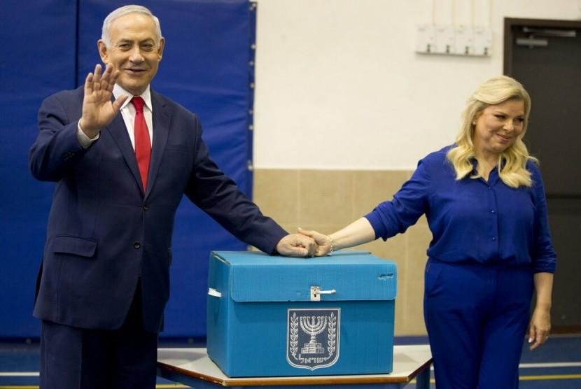 Perdana menteri Israel Benjamin Netanyahu berpose usai melakukan pencoblosan dalam pemilu Israel, Selasa (9/4) waktu setempat.