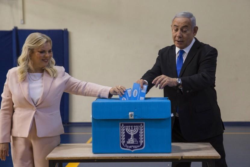 Perdana Menteri Israel Benjamin Netanyahu dan istrinya Sarah memberikan suara mereka dalam pemilu putaran kedua di Yerusalem, Selasa (17/9).