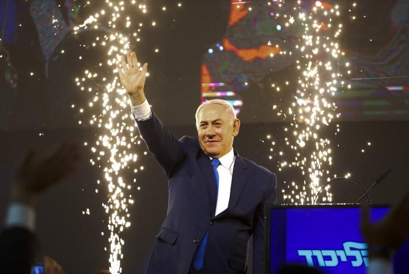 Perdana Menteri Israel Benjamin Netanyahu melambaikan tangan ke pendukungnya setelah pemilu berakhir di Tel Aviv, Israel, Rabu (10/4).