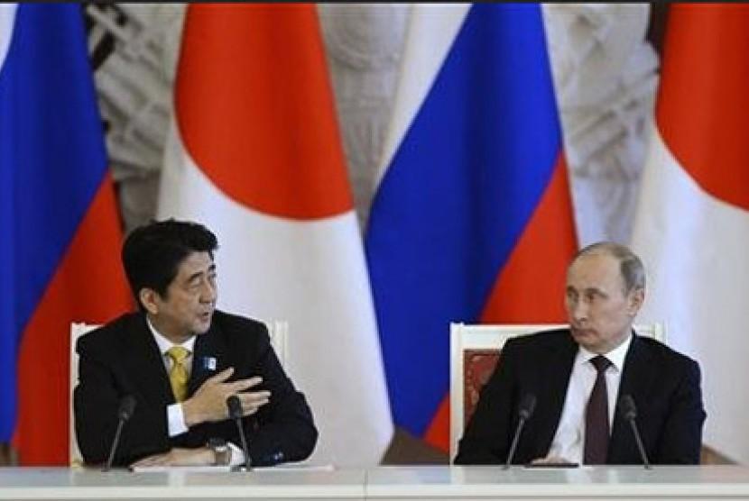 Perdana Menteri Jepang Shinzo Abe dan Presiden Rusia Vladimir Putin.