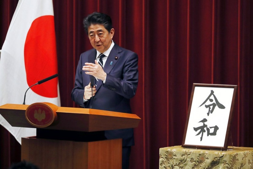 Perdana Menteri Jepang Shinzo Abe menjelaskan nama era kekaisaran baru, Reiwa, di Tokyo, Senin (1/4).