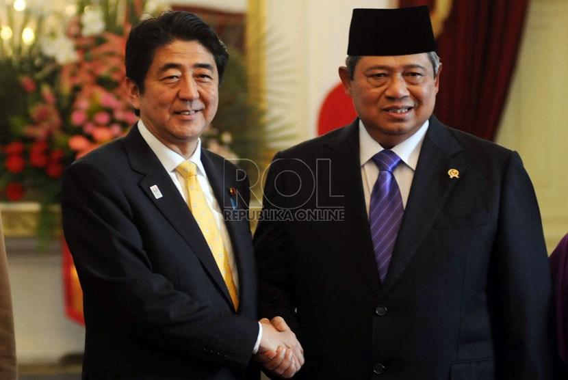 Perdana Menteri Jepang Shinzo Abe (paling kiri) berjabat tangan dengan Presiden Republik Indonesia Susilo Bambang Yudhoyono jelang pertemuan bilateral kedua negara di Istana Negara, Jakarta, Jumat (18/1).  (Republika/Aditya Pradana Putra)