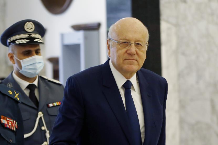 Perdana Menteri Lebanon Najib Mikat, tiba untuk menghadiri rapat kabinet di istana presiden di Baabda, timur Beirut, Lebanon, Senin, 13 September 2021.