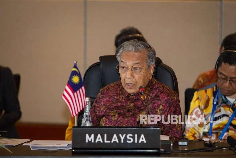 Perdana Menteri Malaysia Mahathir Mohamad mengikuti pertemuan ASEAN Leaders Gathering yang diikuti para kepala negara/pemerintahan negara-negara ASEAN, sekjen ASEAN, direktur pelaksana IMF, presiden Grup Bank Dunia, sekjen PBB di Hotel Sofitel, Nusa Dua, Bali, Kamis (11/10).