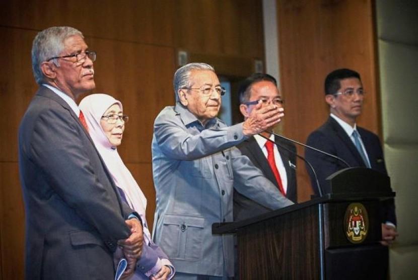 Perdana Menteri Malaysia, Mahathir Mohamad (tengah)