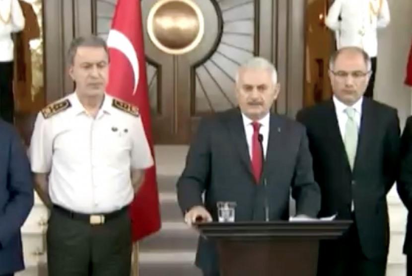 Perdana Menteri (PM) Turki Binali Yildirim (tengah)