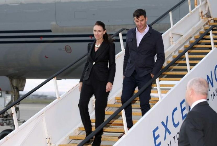 Perdana Menteri Selandia Baru Jacinda Ardern (kiri) dan pasangannya Clarke Gayford tiba di Sydney hari Kamis (1/3).