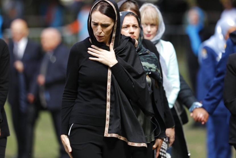 Perdana Menteri Selandia Baru Jacinda Ardern meninggalkan lokasi shalat Jumat di Hagley Park, Christchurch, Selandia Baru, Jumat (22/3).