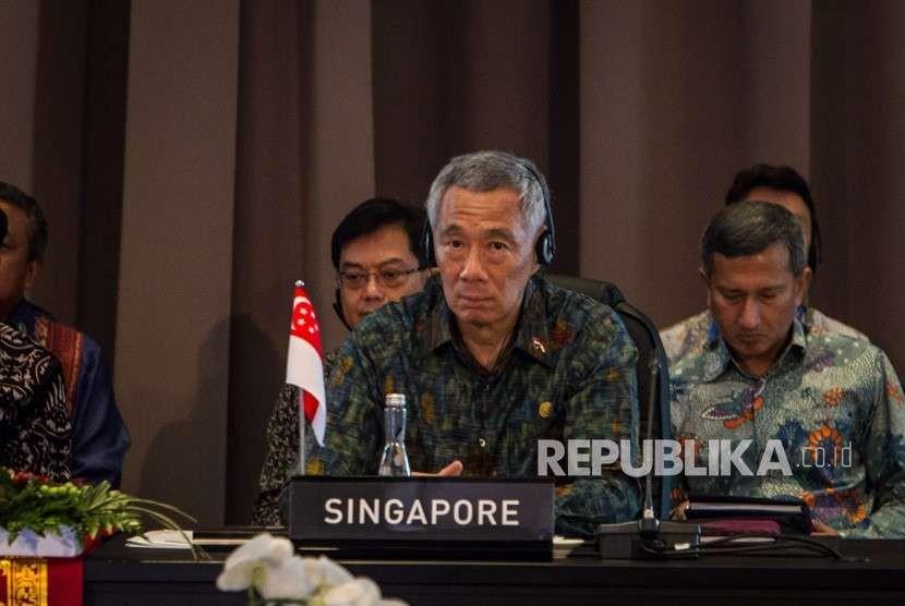 Perdana Menteri Singapura Lee Hsien Loong mengikuti pertemuan ASEAN Leaders Gathering yang diikuti para kepala negara/pemerintahan negara-negara ASEAN, sekjen ASEAN, direktur pelaksana IMF, presiden Grup Bank Dunia, sekjen PBB di Hotel Sofitel, Nusa Dua, Bali, Kamis (11/10).