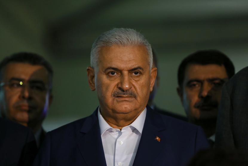 Perdana Menteri Turki Binali Yildirim berbicara kepada pers di bandara Ataturk di Istanbul, Turki, menyusul bom bunuh diri ganda, (29/6).