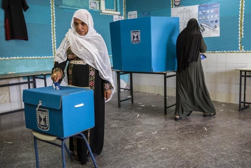 Perempuan Baduy Israel menggunakan hak suaranya dalam pemilu di Rahat, Israel, Selasa (9/4).