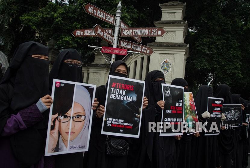 Perempuan berhijab dan cadar atau niqab dari Komunitas Muslimah Soloraya menggelar aksi Gerakan Akhwat Bercadar Menolak Terorisme di Solo, Jawa Tengah, Kamis (24/5).
