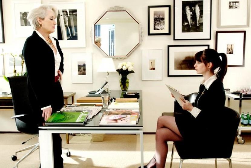 Perempuan karier dan atasannya di kantor.