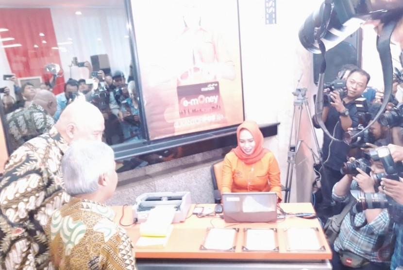 Peresmian kerja sama PT POS dan Bank Mandiri untuk top up e-money di Kantor POS Lapangan Banteng, Jakarta, Rabu (9/1).