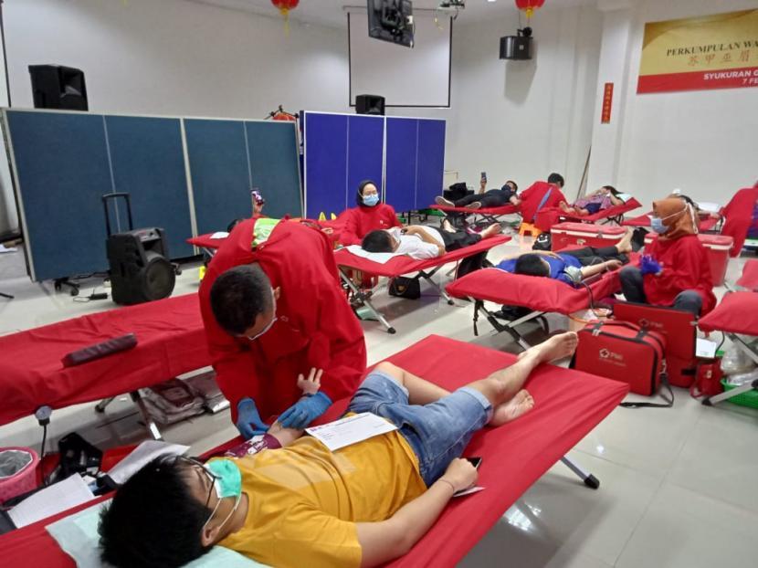 Perhimpunan Indonesia Tionghoa (INTI) Cabang Kota Sukabumi yang menggelar donor darah di Sekretariat INTI di Danalaga Square Kota Sukabumi, Ahad (2/5).