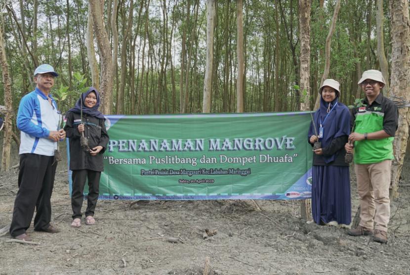 Peringatan Hari Bumi. Memperingati Hari Bumi, Dompet Dhuafa ajak mahasiswa Uiversitas Lampung menanam mangrove sebagai wujud kepedulian terhadap lingkungan.