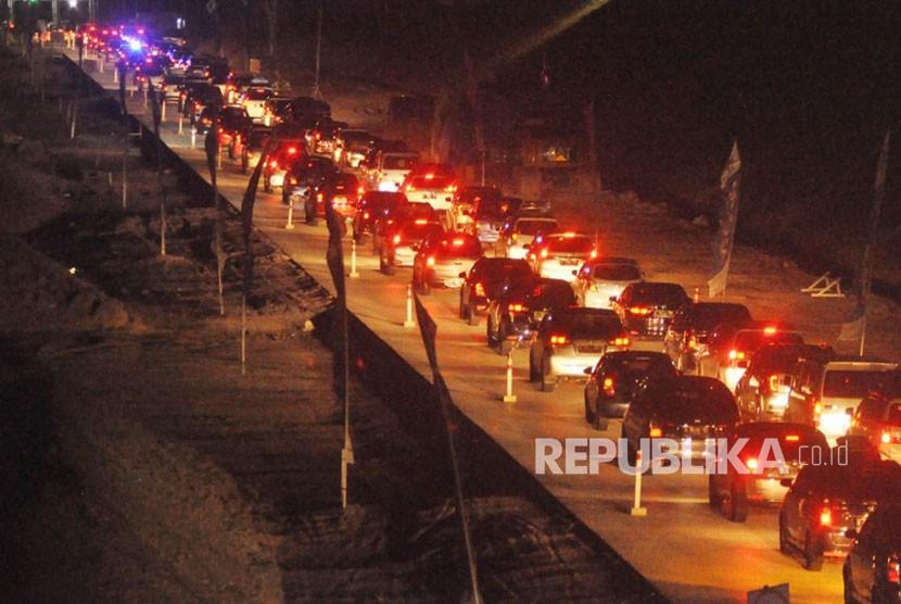 Perlambatan kendaraan arus balik terpantau menjelang gerbang tol (GT) Barukan yang menjadi pintu gerbang arus lalu lintas ruas tol fungsional Kartasura- Salatiga menuju ruas tol operasional Salatiga, Selasa (19/6) malam.