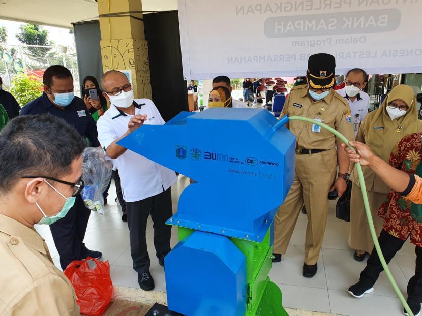 Perlengkapan Bank Sampah yang diserahkan kepada masyarakat Cilangkap, Jakarta.