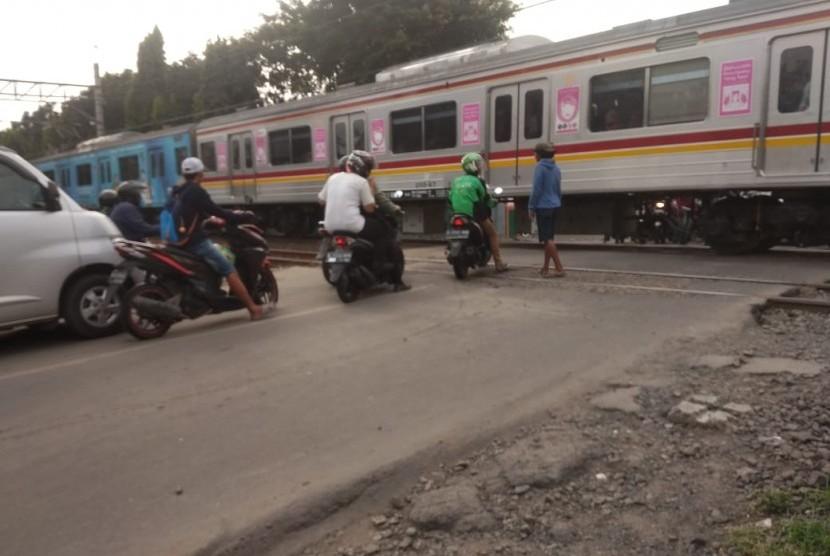 Perlintasan Kereta Api di Jalan Duri Kosambi,  Cengkareng, Jakarta Barat tak memiliki perlengkapan palang pintu sama sekali,  Kamis (18/5).
