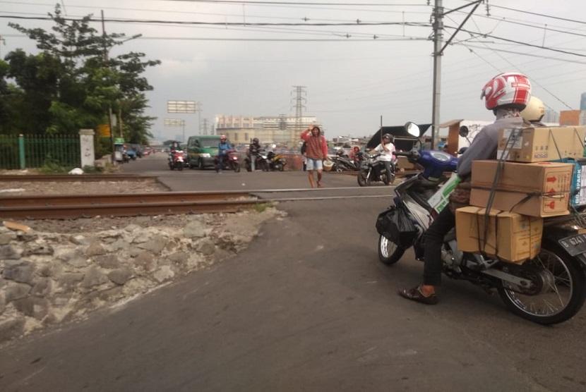 Perlintasan Kereta Api di Jalan Setia Kawan, Tambora, Jakarta Barat tak memiliki palang pintu, Jumat (17/5).