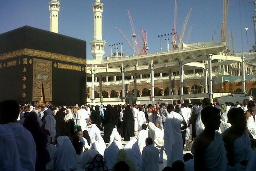 Perluasan pembangunan di sekitar Ka'bah terus berlangsung, Jumat (21/6). Karena proyek perluasan ini, Kerajaan Saudi memangkas kuota jamaah haji seluruh dunia. Perluasan Masjidil Haram kabarnya baru tuntas pada 2016.