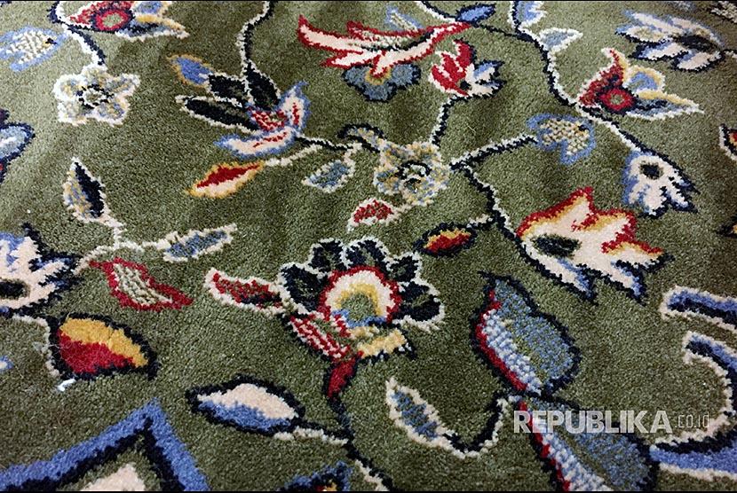 Selain Kualitas Terbaik, Karpet Raudhah Juga Dipasangi Chip. Permadani hijau penanda areal Raudhah di Masjid Nabawi, Madinah.